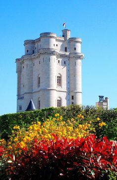 El Castillo de Vincennes es un 14o enorme y el castillo real francés del siglo 17 en la ciudad de Vincennes, al este de París, ahora un suburbio de la metrópolis.