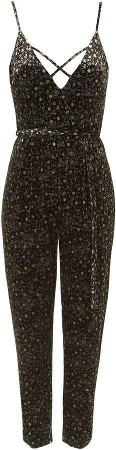 Pin for Later: 75 Combinaisons Qui Seront la Parfaite Alternative à la Classique Robe de Soirée  Topshop - Combi-pantalon à bretelles en velours (80€)