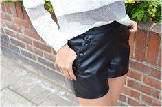 Après la jupe en cuir vegan, je vous propose un look avec un short en cuir vegan. Une pièce phare de ma garde robe capsule.