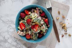 brokkolisalat med jordbær og pistasje Pasta Salad, Cobb Salad, Oatmeal, Breakfast, Ethnic Recipes, Food, Crab Pasta Salad, The Oatmeal, Morning Coffee