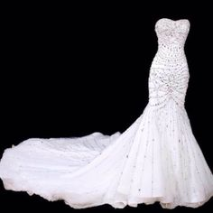 I'm already in my 40's, and may never see the day that I wear a wedding dress, but my goodness this dress is beautiful.