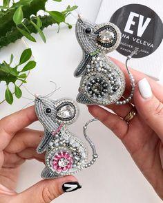 • БРОШИ • BROOCH • УКРАШЕНИЯ • (@brooches_of_luck) • Фото и видео в Instagram Bead Embroidery Jewelry, Soutache Jewelry, Ribbon Embroidery, Beaded Jewelry, Beaded Brooch, Crochet Earrings, Brooches Handmade, Handmade Jewelry, Mouse Crafts