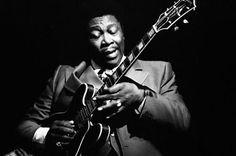 Blues'in yaşayan efsanesi  B.B.King mealen Beale Street Blues Boy 90 yaşına merdiven dayamış olmasına rağmen köpek gibi sololar atan 15 grammy sahibi sanatçı,Gibson onuruna Lucille adında özel seri gitar üretir çok da pahalıdır meret