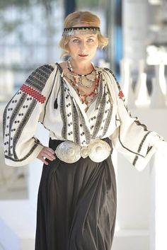 Popular Folk Embroidery The extraordinary romanian blouse Folk Fashion, Ethnic Fashion, Womens Fashion, Folk Embroidery, Embroidery Patterns, Folk Costume, Traditional Dresses, Boho Chic, Bohemian Style