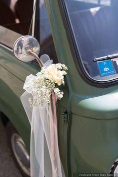 Gli sposi e l auto di nozze  le foto ricordo che non potranno mancare! 9138f72a150