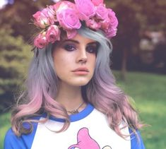 make up, hair style and flowers are so good together <3