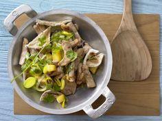 Schweinefilet-Lauch-Pfanne mit Ananas und Austernpilzen: Das feine Schweinefilet versorgt mit Eiweiß und Vitamin B.