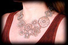 Asimmetrico, maglia di filo placcato in argento, collana di pizzo