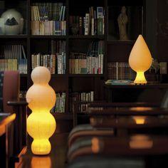 室町時代から続く日本の伝統工芸品「提灯」。SUZUMO CHOCHIN の生みの親「鈴木茂兵衛商店」は、江戸時代/慶応元年/1865年から続く水府提灯の老舗です。水府提灯の製造は、江戸時代に水戸藩の実質石高が大幅に下回り窮乏化した際、下級士族が自らの生活を支える手段として内職に取り入れたのが始まりと伝えられます。水戸藩領内には西ノ内と呼ばれる丈夫な和紙の産地があり、水府提灯はこの紙を使用した丈夫な提灯として人気を呼びました。「鈴木茂兵衛商店」は、水府提灯の伝統的な技術を現代に伝える数少ない提灯製造問屋です。「提灯」はたたむことの出来る照明器具をいい、必要なときに取り出し、それ以外は小さくしまえて持ち運びが簡単です。昔の人は、今の懐中電灯のように、外出時には提灯を懐に入れて出掛けていました。提灯は、日本人の伝統文化から生まれた、自然に寄り添う明かりです。SUZUMO…