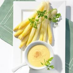 White asparagus with Suace hollandaise Gnocchi, Summer Recipes, Good Food, Food And Drink, Low Carb, Vegetarian, Dishes, Fruit, Vegetables