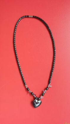 Precioso-collar-con-cuentas-magneticas-negras-y-pequenas-piedras-moradas