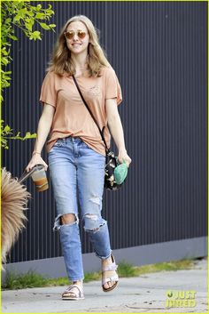 Amanda Seyfried Joins Cast of Showtime's 'Twin Peaks' Revival: Photo Amanda Seyfried carries a cup of iced coffee while taking her adorable dog Finn for a walk on Wednesday afternoon (September in Los Angeles. Amanda Seyfried, Cool Outfits, Casual Outfits, Fashion Outfits, Celebrity Outfits, Celebrity Style, Lounge Wear, Mom Jeans, Street Style