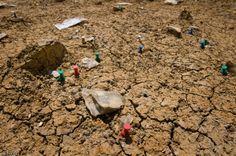 Silex taillés. Fouille du site mésolithique (8200-7500 avant notre ère)rue Farman à Paris, 2008.  Les silex taillés mis au jour correspondent pour la plupart à des déchets de fabrication d'armatures de flèches microlithiques (chasseurs-cueilleurs).Paléolithique, Mésolithique..