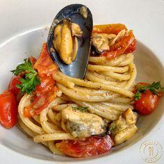 Cozze e Datterini – Mister Mario Cuisines Diy, Decoration Patisserie, Italy Food, Cracker, Italian Pasta, Cravings, Spaghetti, Ethnic Recipes, Arabian Peninsula