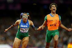 La atleta brasileña Terezinha Guilhermina (izq.) junto a su guía, Guilherme Soares de Santana, en la final de los 100 metros femeninos T11 en los Juegos Paralímpicos de de Londres 2012 el 05 de Septiembre de 2012 . | Créditos: EFE / Kerim Okten