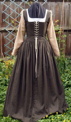 Abito in stile tudor con allacciatura sul davanti. Realizzato in cotone grezzo. Costo £25