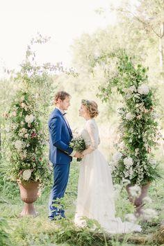 Forest Wedding Photoshoot by Ksenia Lopyreva. More on weddingblog.ru: https://weddingblog.ru/istorii/fotosjemki/fotosessiya-lesnaya-svadba/