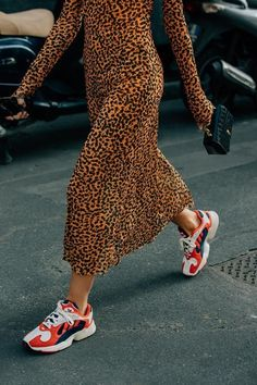 The best looks from Milan Fashion Week below, including teddy-bear coats, oversized jackets, and many silk scarves. outfit 2019 Summer 2019 Fashion Trends to Start Wearing Now Street Style Shoes, Looks Street Style, Spring Street Style, Looks Style, Street Style Vintage, Mode Cool, Fashion Outfits, Womens Fashion, Fashion Trends