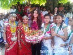 Selena Gomez posando junto a unas miembros de la comunidad en Nepal, India durante un festival cultural el día de ayer (21 de mayo).