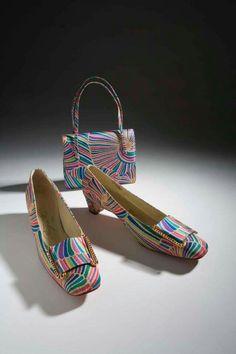 Lovely print Roger Vivier art shoes and matching handbag c. Sixties Fashion, 60 Fashion, Retro Fashion, Fashion Shoes, Vintage Fashion, Daily Fashion, Vintage Fur, Vintage Shoes, Vintage Accessories
