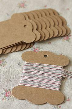 Cartão para amostras ou armazenamento de fitas e fios. Made in Paper.