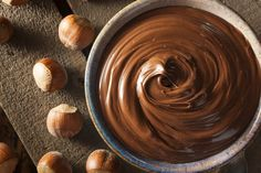 Do you want to eat Nutella without feeling guilty because of too much calories ? Prepare your own homemade Vegan Nutella. It is easy and very quickly. Homemade Nutella Recipes, Homemade Chocolate, Chocolate Spread, Nut Recipes, Hazelnut Spread, Paleo Dessert, Snack, Raw Vegan, Nutella Vegan