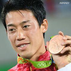 テニス 男子シングルスの表彰式で銅メダルを手にする錦織。表情からナダルとの死闘がうかがえます(柏)…