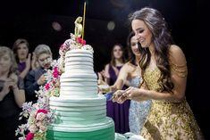A festa de 15 anos de Maria Edoarda aconteceu no Hotel Unique e teve decoração com muitas luzinhas. Fernanda Scuracchio cuidou das fotos.