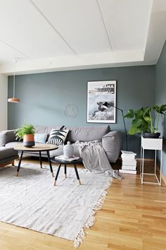 Stue i skandinavisk og kul stil livingroomcolors Big Living Rooms, Living Room Grey, Home And Living, Living Room Furniture, Living Room Decor, Living Spaces, Apartment Makeover, House Of Turquoise, Living Room Remodel