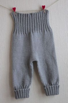 Pattern from Babystrik på pinde 3 of Lene Holme Samsøe Knit Baby Pants, Baby Pants Pattern, Knitted Baby Clothes, Baby Leggings, Knitting For Kids, Baby Knitting Patterns, Baby Patterns, Kids Outfits, Baby Outfits