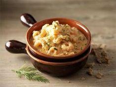 Katkarapukasarin kanssa voi tarjota riisiä, nuudeleita tai pastaa. Rapeakuorinen maalaisleipä sopii mainiosti lämmittävän mausteisen liemen dippailuun.