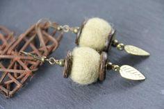 Boucles d'oreilles en laine feutrée beige par PerlicotiPerlicoton