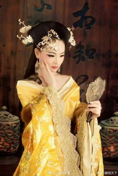 By Artist Unknown. Oriental Dress, Oriental Fashion, Asian Fashion, Traditional Fashion, Traditional Dresses, Christen, Beautiful Asian Women, Asian Woman, Asian Beauty