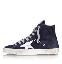 Sneakers FRANCY von GOLDEN GOOSELässige Sneakers FRANCY des venezianischen Labels Golden Goose. Die knöchelhohen GGDB Schuhe mit seitlichen Belüftungslöchern wurden aus weichem Veloursleder in Vintage Optik gefertigt. Besondere Eyecatcher sind der lederne Stern, sowie der haptische Button mit GOLDEN Schriftzug. Neben einem seitlichem Reißverschluss verfügen die mit Frottee gefütterten Turnschuhe über praktische Schnürsenkel.