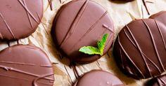 Výborné vianočné kakaové kolieska s mätou obalené v čokoládovej poleve