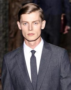 Pánske účesy 2014 obsahujú aj trend nagélovaných vlasov s cestičkou. Nie je to žiadna novinka, no tento rok je takýto účes opäť v móde. Už ste ho na niekom v poslednej dobe videli?