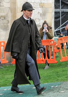 Check out Benedict Cumberbatch in full/classic Sherlock Holmes regalia but waitaminute, where's the magnifying glass? The BBC/PBS fan favorite series has been filming the Christmas special around Gloucester Cathedral in Britain for the past week and. Sherlock Bbc, Sherlock Fandom, Benedict Cumberbatch Sherlock, Sherlock Season, Sherlock Holmes Costume, Sherlock Christmas Special, Detective, Sherlolly, 221b Baker Street