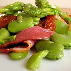 Salade de fèves aux asperges et magret de canard Avant quil ne soit trop tard, remplissez vosassiettes de légumes de printemps ! On craque tout particulièrement pour le croquant des asperges et des fèves.