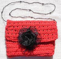 Gosto muito do efeito do trapilho para trabalhos de croché e, como não é fácil de arranjar cá em França, comecei a fazê-lo, com tecidos. Cor...