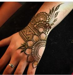 🌙 Exquisite Henna Artistry🌙 Studio in beautiful Vergennes, Vermont.✨ purveyor of the finest organic henna, and henna supplies on etsy ✨ Henna Tattoo Designs Simple, Basic Mehndi Designs, Finger Henna Designs, Back Hand Mehndi Designs, Henna Art Designs, Mehndi Designs For Beginners, Mehndi Designs For Girls, Mehndi Design Photos, Dulhan Mehndi Designs