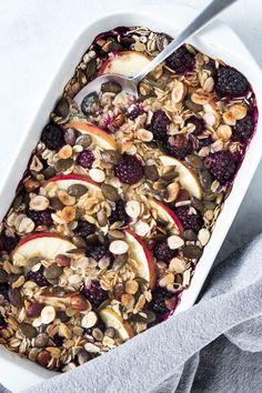 Bagt havregrød med æble, brombær, hasselnødder og græskarkerner