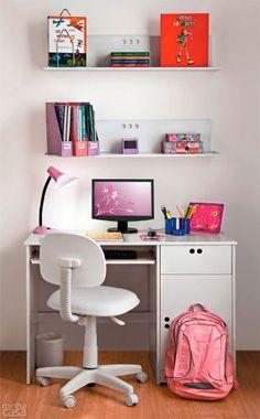 O espaço de estudos pode ser simplesmente o par de mesa e cadeira, formando um conjunto cômodo para seu filho. Regule a altura do assento de modo que os braços da criança repousem sobre a mesa. Atenção: móveis infantis atendem, no máximo, até os 12 anos. Projeto da designer de interiores Mariza Cundari.