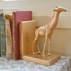 Easy DIY: make gilded animal bookends with gilding, plastic animals, and blocks of wood.