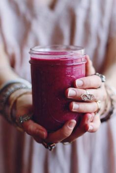 Beet Raspberry Smoothie: 1 cup frozen red berries (I used strawberries and raspberries) cup thinly sliced raw beet - 1 banana 1 tbs flax seed 1 tbs almond butter 1 tsp pure vanilla extract 8 oz. Beet Smoothie, Vegan Smoothies, Smoothie Drinks, Raspberry Smoothie, Smoothies With Beets, Vegetable Smoothies, Raw Food Recipes, Healthy Recipes, Breakfast