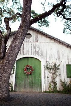 Old White Barn.with green door red Christmas wreath. Country Barns, Old Barns, Country Living, Country Roads, Farm Barn, White Barn, Farms Living, Barn Quilts, Old Buildings