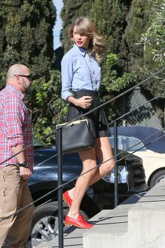 taylor swift's outfit is simple and super cute!