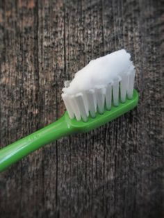 The DIY Homemade Toothpaste This is a very healthy and natural toothpaste that can strengthen your teeth, preventing cavities and can even make it mo. Toothpaste Recipe, Homemade Toothpaste, Natural Toothpaste, Natural Teeth Whitening, Raw For Beauty, Diy Beauty, Natural Beauty, Beauty Tips, Beauty Stuff