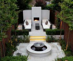 Strak modern tuin. Garden.  Haard. Bank. Fontijn. Green.  Groen.