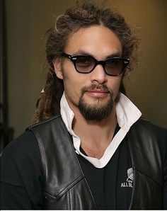 1e68a6b7dc757e Not typically into hunky men, but this guy caught my eye on Game of Thrones  on HBO. Jason Momoa, American actor from Hawaii. I think it's the hair and  the ...
