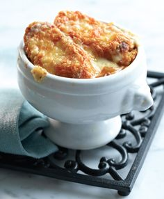 A Classic French Onion Soup Recipe 2 large Spanish onions 2 tbsp (30 mL) unsalted butter 1 tsp (5 mL) granulated sugar 4 cups (1 L) beef broth 1 clove garlic, minced 1/2 tsp (2 mL) dried thyme 1/4 tsp (1 mL) freshly ground black pepper pinch salt 4 slices French bread 1 1/4 cups (300 mL) shredded smoked Cheddar cheese (about 4 oz/125 g)